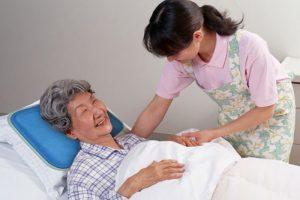 Giúp việc chăm sóc người bệnh tại bệnh viện - dịch vụ được nhiều gia đình lựa chọn