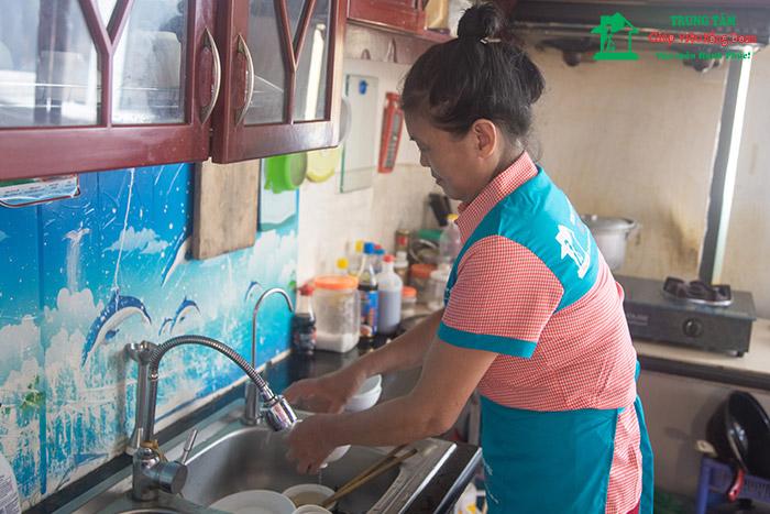 Khi thuê người giúp việc, chủ nhà nên làm hợp đồng với mức lương cụ thể, rõ ràng